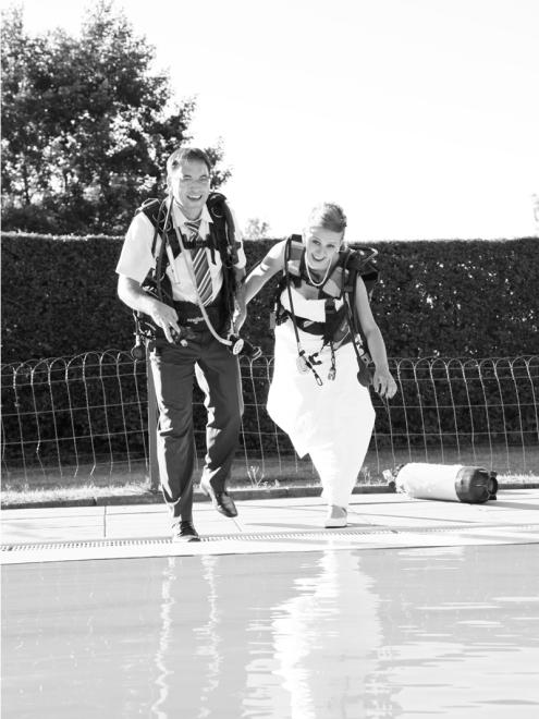 F_TTblau800x1077schwimmbad